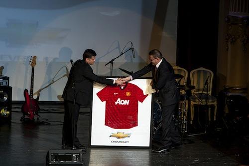 Chevrolet donează un tricou Manchester United